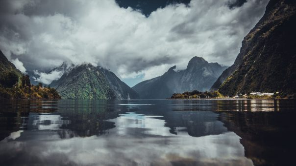 picture of milford sound, new zealand